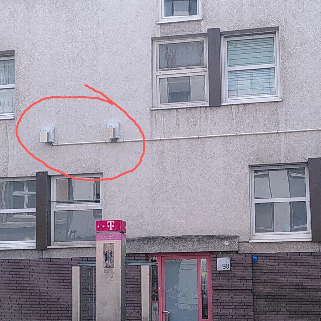 Zwei Kameras gegenüber des Nordpols